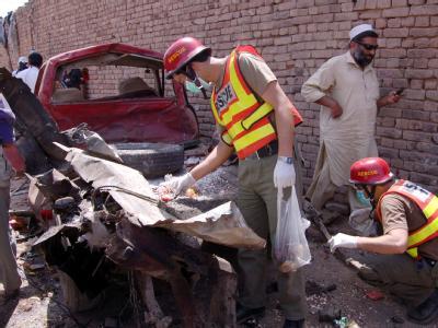 Ermittler am Ort des Anschlags in Peshawar.
