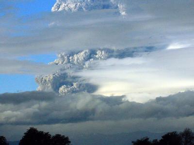 Eine riesige Rauchwolke steht über dem Vulkan Puyehue. Vorsorglich wurde die umgebende Region evakuiert.