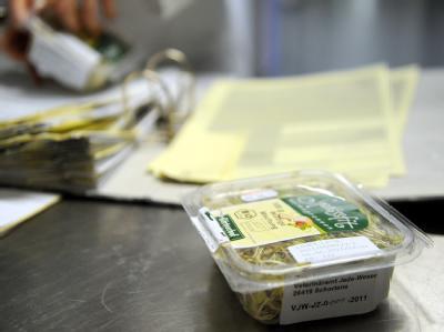 Eine Packung mit Bockshornkleesprossen auf einem Labortisch des Landesamt für Verbraucherschutz und Lebensmittelsicherheit (LAVES) in Oldenburg.