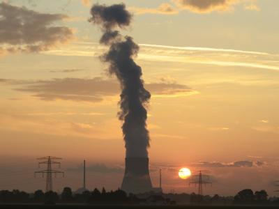 Sonnenaufgang hinter Atomkraftwerk. In der CSU-Landesgruppe gibt es Kritik am Atomausstieg.