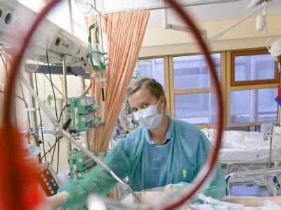 Eine Krankenpflegerin betreut in Lübeck auf der Intensivstation des Universitätskrankenhauses Schleswig-Holstein eine an dem EHEC-Erreger erkrankte Patientin.
