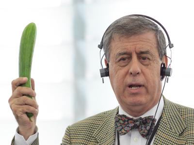 Der spanische Abgeordnete Francisco Sosa Wagner schwenkt eine Gurke im Parlament. Spanische Bauernverbände beklagen wegen der Verkaufseinbrüche Verluste in Millionenhöhe.
