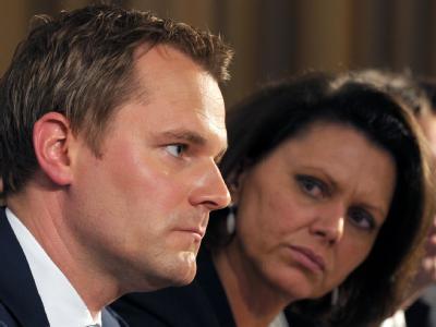 Die Regierung lehnt eine zentrale Seuchenbekämpfung ab, will aber Verbesserungen prüfen: Bundesgesundheitsminister Daniel Bahr (FDP) und Bundesverbraucherschutzministerin Ilse Aigner (CSU) bei der Sonderkonferenz in Berlin.
