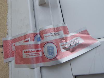 Polizeiliches Siegel an dem Haus in Haßmersheim in Nordbaden: Dubioser Fall einer Frau, die behauptet im badischen Haßmersheim als eine Art Sklavin bei einer Familie gelebt zu haben.