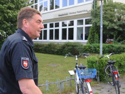 Ein Polizeibeamter vor der Nikolaus-Kopernikus-Hauptschule: Wegen ständiger Gewalt gegen Lehrer und Schüler hat der Direktor Polizeischutz verlangt.