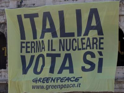 Greenpeace-Plakat in Rom: Aufruf zu einem «Ja» für einen Ausstieg aus der Atomenergie.