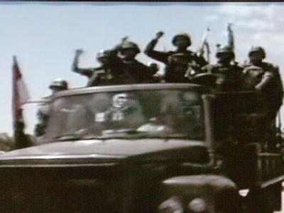 Die TV-Aufnahme des Senders Al Arabija zeigt angeblich syrische Soldaten, die auf einem Militärfahrzeug in die Stadt Dschisr al-Schogur einfahren.