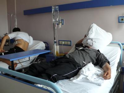 Zwei syrische Flüchtlinge aus Dschisr al-Schogur in ihren Krankenhausbetten, aufgenommen am 13.06.2011 im staatlichen Krankenhaus der Provinz Hatay in Antakya (Türkei).