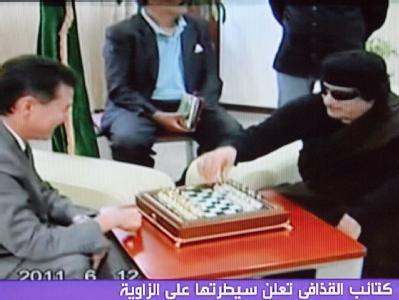 Screenshot vom TV-Sender Al-Arabija: Libyens Machthaber Gaddafi (r.) und der Chef des Weltschachverbandes FIDE, Kirsan Iljumschinow, bei einer Partie Schach am Sonntag.