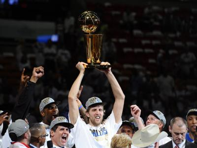 Dirk Nowitzki hält den NBA-Pokal hoch.