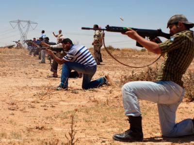 Libysche Rebellen beim Schießtraining.