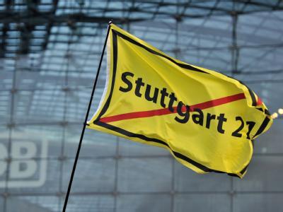 Eine Fahne der Stuttgart 21-Gegner vor dem Hauptbahnhof in Berlin.