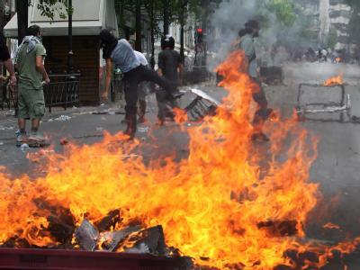 Nahezu drei Wochen machten Tausende Tag für Tag im Herzen Athens ihrer Verzweiflung und ihrem Ärger angesichts der harten Sparmaßnahmen Luft - friedlich, bis die Stimmung explodierte.