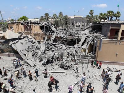 Zerstörte Häuser in Tripolis: Nato-Flugzeuge haben am Donnerstag erneut Ziele in der libyschen Hauptstadt bombardiert.