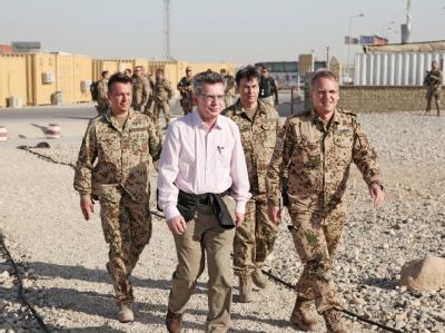 Verteidigungsminister Thomas de Maiziere ist zu seinem zweiten Truppenbesuch in Afghanistan eingetroffen. An seiner Seite Brigadegeneral Dirk Backen.