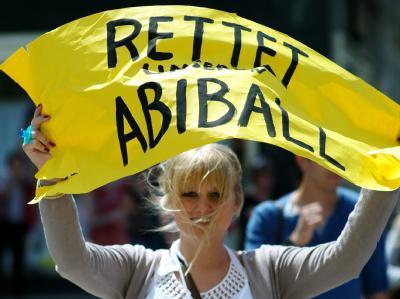 Schülerinnen und Schüler der Dathe-Oberschule protestieren auf dem Alexanderplatz in Berlin gegen die Event-Agentur Easy-Abi.