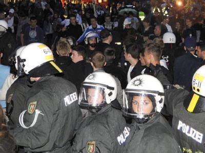 Eine Straßenparty mit rund 800 Teilnehmern löste in Wuppertal am Freitagabend einen Großeinsatz der Polizei aus.