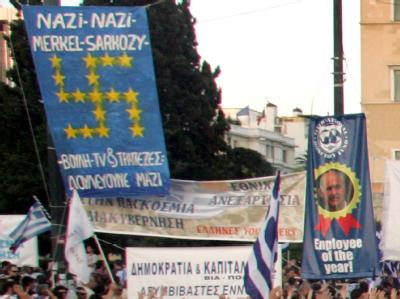 Hakenkreuz aus Europa-Sternen: Der Protest der Griechen nimmt teilweise bizarre Züge an.