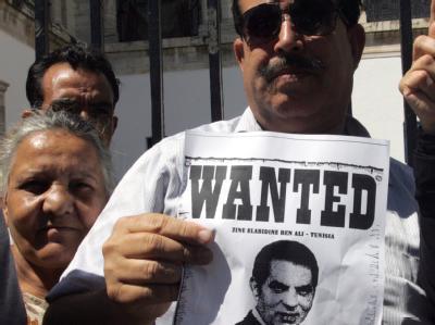 Vor dem Gericht in Tunis protestieren Tunesier gegen ihren gestürzten Präsidenten Zine el-Abidine Ben Ali.