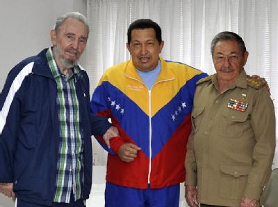 Der 56-jährige Chávez (M.) wurde vor mehr als zwei Wochen auf Kuba operiert. Dort traf er den kubanischen Staatschef Raúl Castro (r.) und dessen Bruder Fidel (Aufnahme vom 17. Juni).