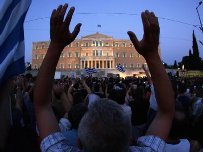 Tausende Demonstranten haben sich vor dem Parlament in Athen versammelt.