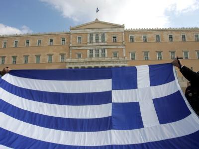 Die griechische Flagge vor dem Parlament in Athen.