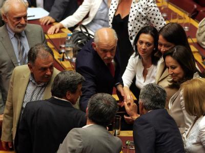 Nach der Abstimmung ging ein sichtlich erleichterter Papandreou durch den Plenarsaal und schüttelte seinen Abgeordneten die Hände.