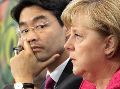 FDP-Chef Philipp Rösler ist im Gegensatz zu Bundeskanzlerin Angela Merkel für eine verbindliche Reduzierung der Lohnnebenkosten schon 2012.