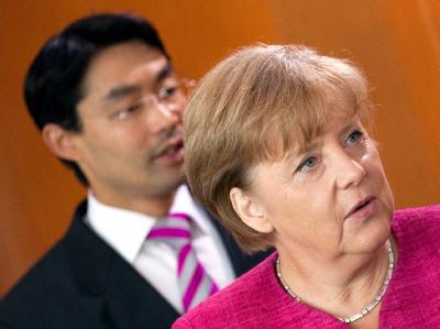 Wirtschaftsminister Philipp Rösler (FDP) und Bundeskanzlerin Angela Merkel (CDU) sind sich in Sachen Steuersenkung offenbar einig.