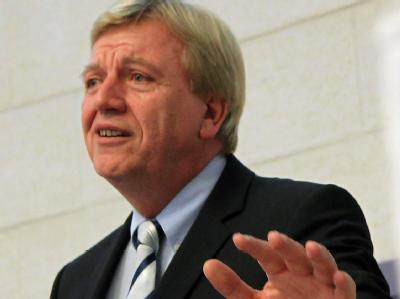 Setzt sich auch für eine Senkung des Solidaritätszuschlags ein: Hessens Ministerpräsident Volker Bouffier. (Archivbild)