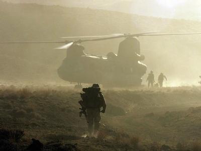 US-Soldaten besteigen einen Chinook-Hubschrauber in denBergen bei Shahikot.