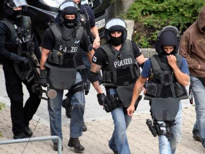 Beamte einer SEK-Einheit gehen in das Universitätsklinikum Aachen.