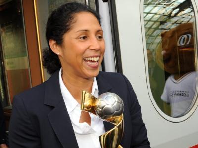 Organisationschefin Steffi Jones mit dem WM-Pokal auf dem Berliner Hauptbahnhof.