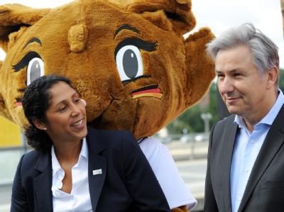 Gruppenbild mit WM-Maskottchen Karla Kick: Steffi Jones, Chefin des Organisationskomitees, und Berlins Regierender Bürgermeister Klaus Wowereit.