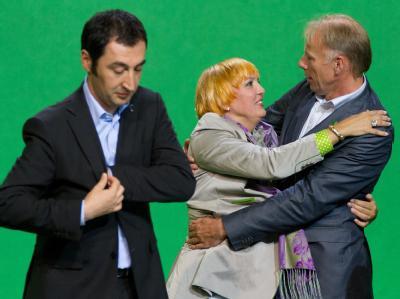 Die Grünen-Bundesvorsitzende Claudia Roth umarmt Fraktionschef Jürgen Trittin nach der Abstimmung auf dem Sonderparteitag der Grünen in Berlin. Links der Grünen-Chef Cem Özdemir.