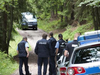 Ermittler in einem Waldstück bei Zella-Mehlis in Thüringen: In der Nähe wurde die Leiche des vermissten siebenjährigen Mädchens gefunden.