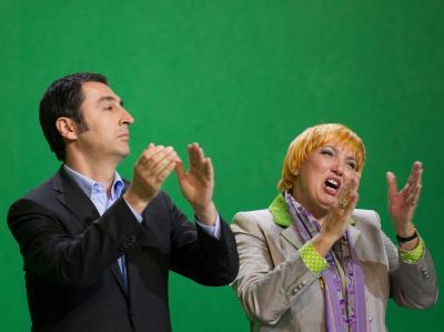 Die Grünen-Bundesvorsitzenden Cem Özdemir (l.) und Claudia Roth freuen sich auf dem Sonderparteitag der Grünen nach der Zustimmung zum Leitantrag zum Atomausstieg.
