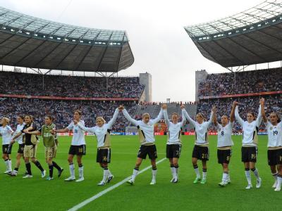 Die deutschen Spielerinnen feiern den Auftaktsieg gegen Kanada im ausverkauften Berliner Olympiastadion.