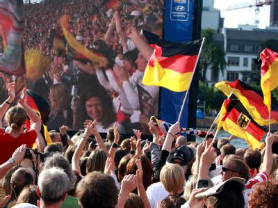 Besucher der Fanmeile in Frankfurt am Main bejubeln das Tor zum 2:0 gegen Kanada.