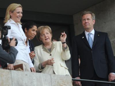 Bundespräsident Wulff (von rechts nach links), Kanzlerin Merkel, OK-Chefin Steffi Jones und Wulffs Ehefrau Bettina während der WM-Eröffnungsfeier im Berliner Olympiastadion.