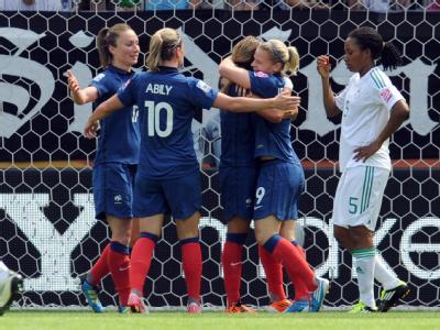 Die französischen Spielerinnen feiern das 1:0 gegen Nigeria.