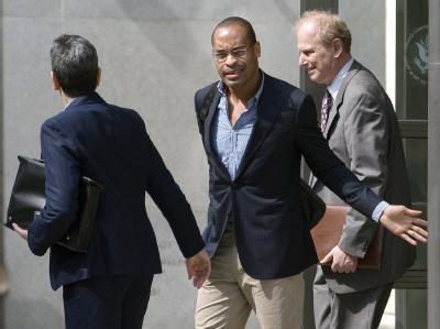 Der frühere Citigroup-Banker Gary Foster (M.) verlässt nach einer Anhörung das Gericht in New York