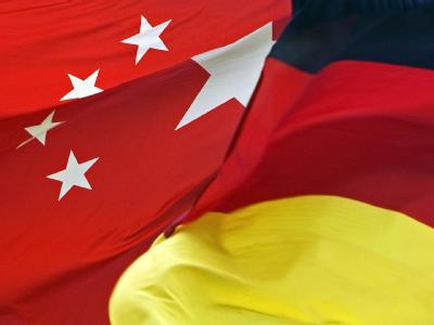 Die Fahnen der Volksrepublik China und der Bundesrepublik Deutschland.