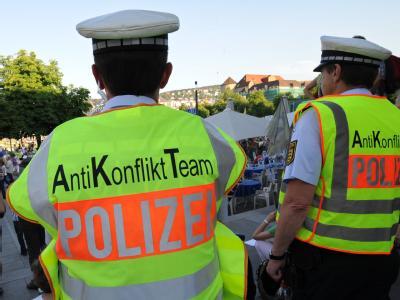Zwei Polizisten des Anti-Konflikt-Teams der Polizei schauen der 80. Montagsdemo gegen das Bahnprojekt auf dem Stuttgarter Schlossplatz zu.