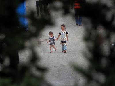 Zwei Kinder, die mit ihren Familien aus Syrien in die benachbarte Türkei geflohen sind.