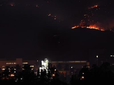 Flammen lodern rings um das US-Atomzentrum Los Alamos.