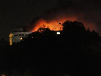Flammen schlagen aus dem umkämpften Hotel in Kabul.
