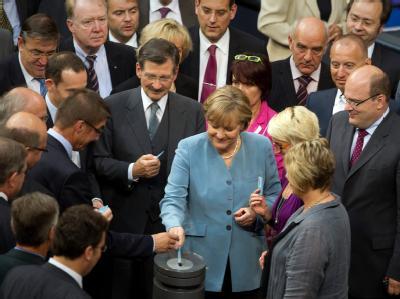 Historischer Moment im Bundestag: Bundeskanzlerin Merkel und andere Politiker bei der bei der namentlichen Abstimmung zum Atomausstieg.