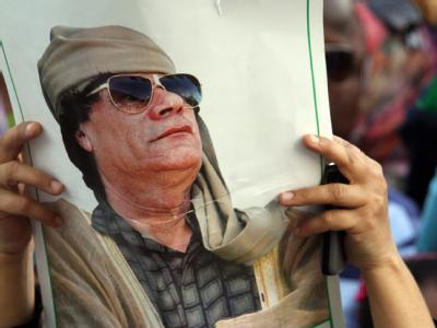 Demo in Tripolis: Ein Unterstützer vom Muammar al-Gaddafi hält sein Porträt in die Luft.