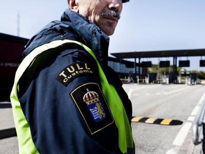 Ein Zöllner steht an der Öresundbrücke zwischen Kopenhagen (Dänemark) und Malmö (Schweden).